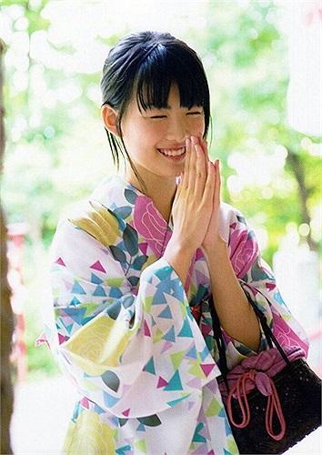 Góp mặt trong show truyền hình đầu tiên khi chỉ mới 6 tuổi, Fukuda Mayuko để lại nhiều thiện cảm từ phía khán giả bởi khuôn mặt xinh xắn và đôi mắt mơ màng tuyệt đẹp trong Summer Snow (TBS, 2000)
