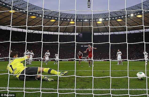 Muller ghi bàn trong trận chung kết cúp quốc gia Đức.