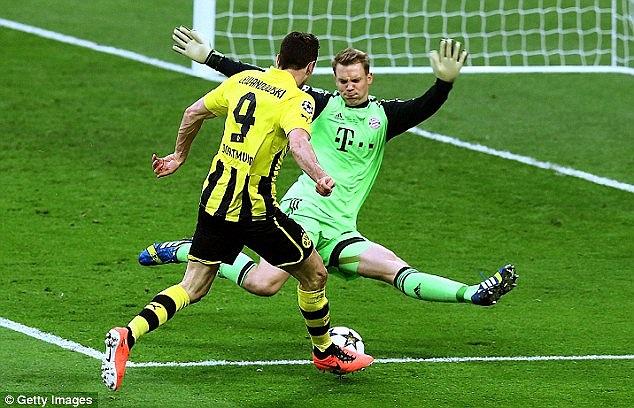 Borussia Dortmund dù bị ép nhưng vẫn có những pha đánh trả lợi hại. Trong ảnh, Robert Lewandowski đối mặt với thủ thành Manuel Neuer nhưng không thể đánh bại.