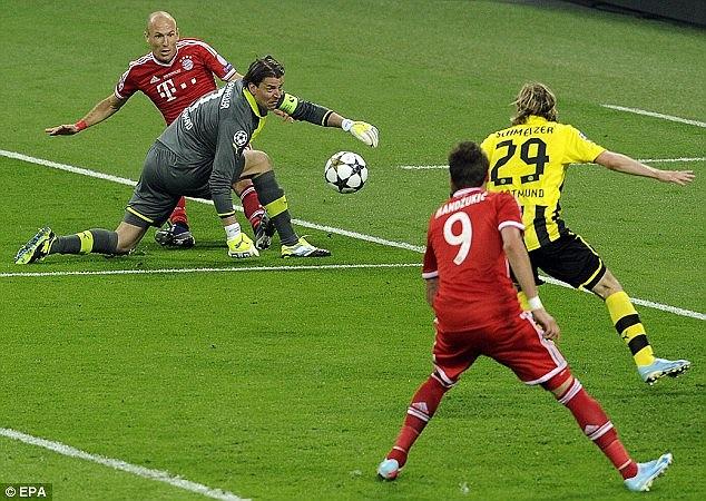 Phải tới phút 60 của trận đấu, nỗ lực bên cánh trái và đường vẩy bóng của Robben từ sát biên ngang vào trong đã mở ra cơ hội.