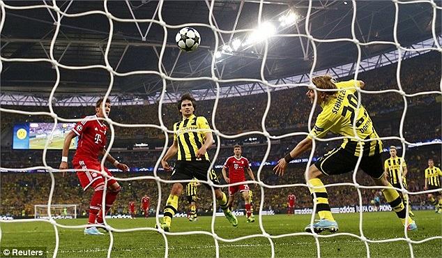 Trong khi hàng thủ Borussia Dortmund đều bị lỡ nhịp.