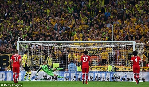 Và Gundogan đưa trận đấu về vạch xuất phát với cú sút đánh lừa thủ thành Neuer.