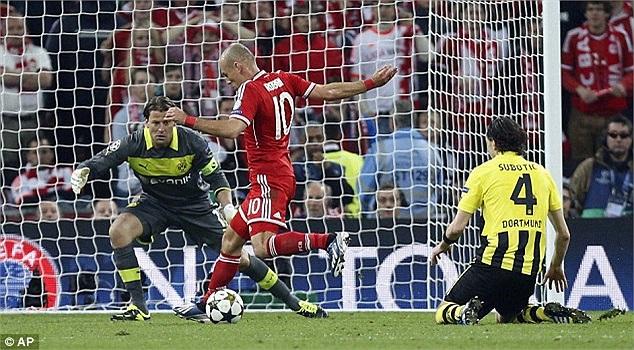 Phút 89, mình anh thoát xuống giữa trung lộ của đối phương, sử dụng chân trái rướn bóng qua cả hệ thống phòng thủ giăng ngang của Dortmund.