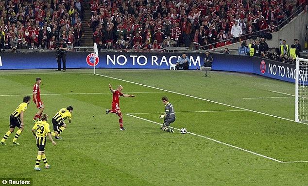 Và trong thế đối mặt với thủ thành Roman Weidenfeller, tiền vệ người Hà Lan đã vẩy bóng đầy tinh tế khiến lưới Dortmund lần thứ 2 rung lên.