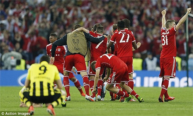 Cầu thủ Bayern tràn vào sân sau tiếng còi mãn cuộc.