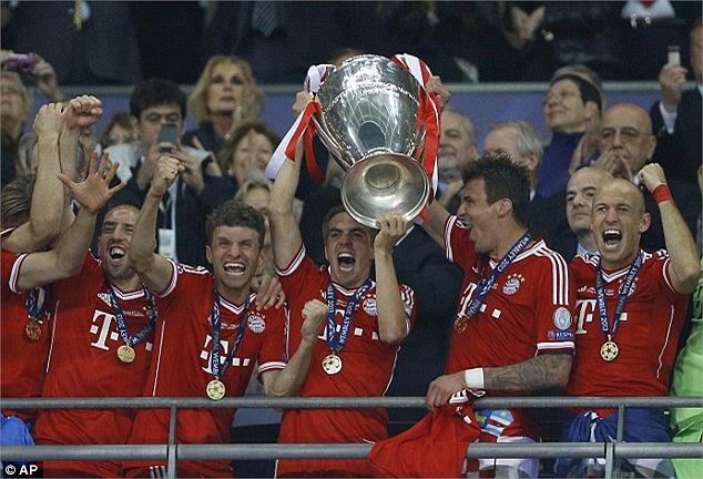 Đội trưởng Lahm nâng cao chiếc Cup.