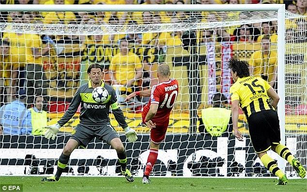 Bayern nhập cuộc rất tốt và buộc Borussia Dortmund phải chơi phòng ngự phản công. Robben sớm có cơ hội đối mặt với thủ thành Roman Weidenfeller nhưng không chiến thắng được.