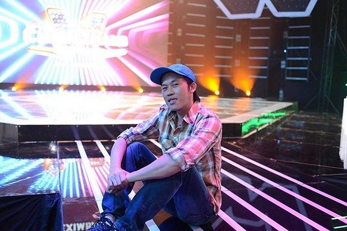 Hoài Linh ngồi bệt giữa sân khấu.