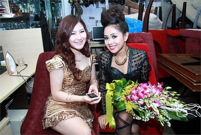 Giọng ca 17 tuổi của The Voice Hương Tràm hội ngộ đàn chị Hoàng Quyên tại show Chuyện tình. Họ cùng nhau khoe sắc trong hậu trường.