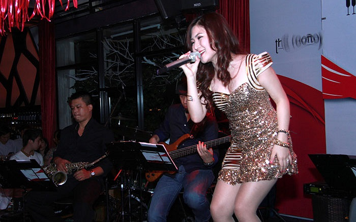 Cô hát những bản tình ca nồng nàn như Anh, Ngại ngùng, Xa