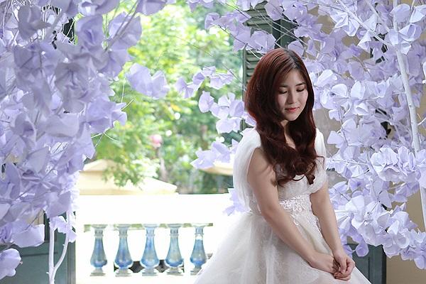 Hôm qua 8/5, Hương Tràm và ê kíp bắt tay vào thực hiện MV đầu tay của cô sau một thời gian dài cân nhắc lựa chọn ca khúc phù hợp trong số những bài hát đã thu âm để ghi hình.