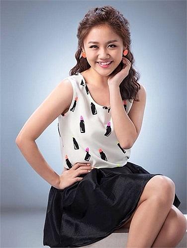 Văn Mai Hương xinh đẹp, trẻ trung khi chụp hình cho một tạp chí thời trang.
