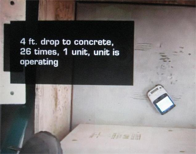 Khi rơi ở độ cao hơn 1,2m trên nền xi măng 26 lần, chiếc điện thoại vẫn hoạt động tốt.