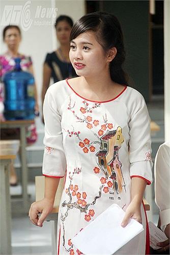 Đa số nữ sinh đều lựa chọn trang phục áo dài và có trang điểm để đi thi