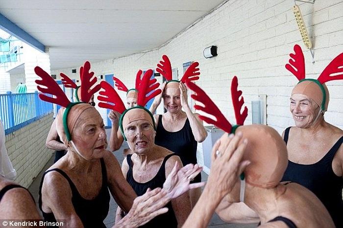 Những cụ bà đang chuẩn bị cho tiết mục bơi đồng đội tại một trại dưỡng lão ở thành phố Sun City, bang Arizona, Mỹ.