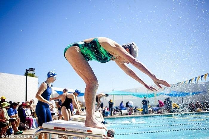 Hình ảnh một người đàn bà lớn tuổi tham gia cuộc thi bơi lội dành cho người già.
