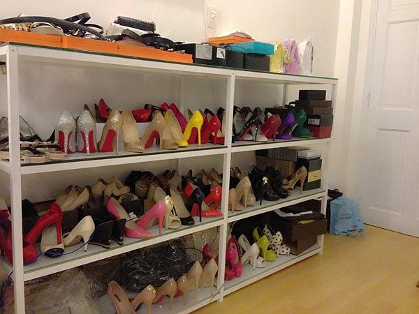 Bên cạnh đó là tủ giầy siêu 'khủng' hàng trăm đôi với đủ nhãn hàng, có những đôi như Christian Louboutin lên tới giá 4.000 USD.