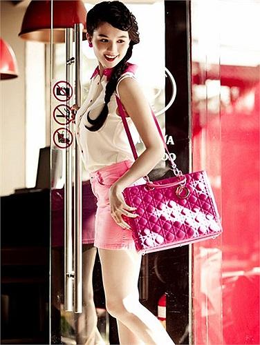 Ngọc Trinh có hàng mấy chục chiếc túi xách đủ kiểu dáng, màu sắc phù hợp với từng trang phục, chiếc nào cũng được tính giá nghìn USD.