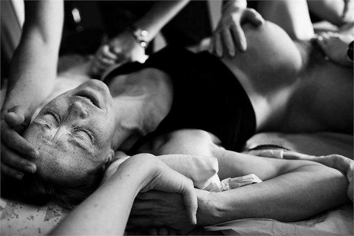 Dấu hiệu quan trọng nhất của quá trình chuyển dạ đó là những cơn đau bụng dữ dội.