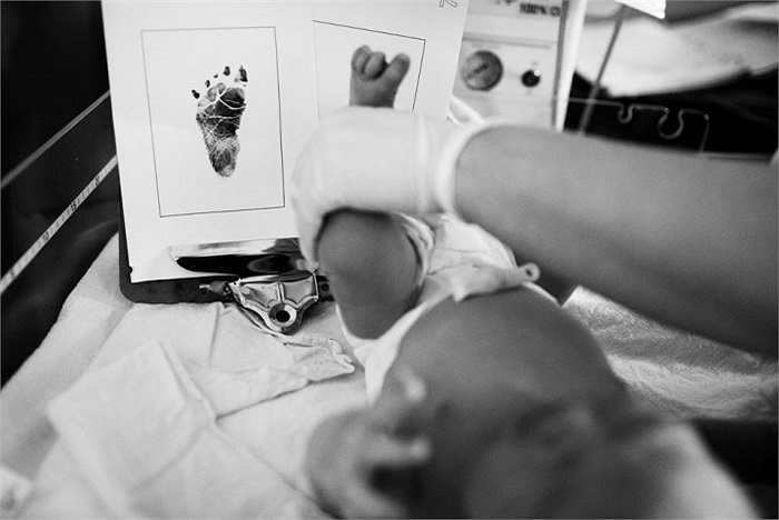 Khi thấy cổ tử cung mở trọn vẹn, cán bộ y tế hoặc bà đỡ sẽ nói bạn bắt đầu rặn đẻ.