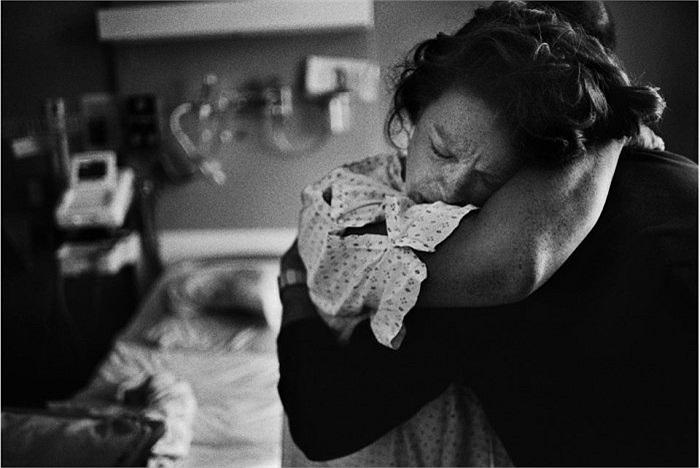 Bác sĩ hoặc bà đỡ hút nhớt, lau sạch người bé, kẹp và cắt rốn. Bé cất tiếng khóc chào đời.