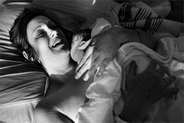 Sau khi bé ra đời, tử cung bạn còn co bóp, rau bong ra khỏi thành tử cung và được đẩy ra khỏi âm đạo.