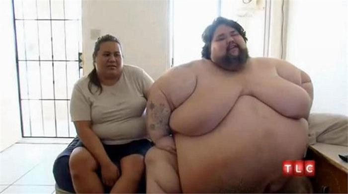 Vợ anh là chị Cheryl phải nấu cho anh ăn, giúp anh sử dụng nhà vệ sinh, tắm rửa.