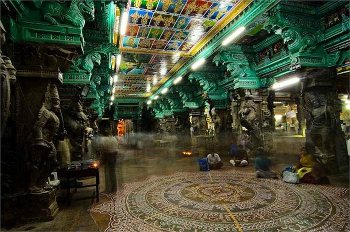Và nhiều nhất là hình ảnh của những vị thần trong Ấn Độ giáo truyền thống.