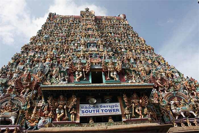 Đây chính là khu vực hội trường lớn của đền thờ với một ngàn cột trụ.