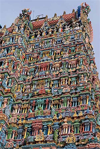 Mỗi tòa tháp có cấu trúc gồm nhiều tầng, trên đó chứa đựng hàng ngàn hàng vạn bức tượng muôn màu muôn vẻ.