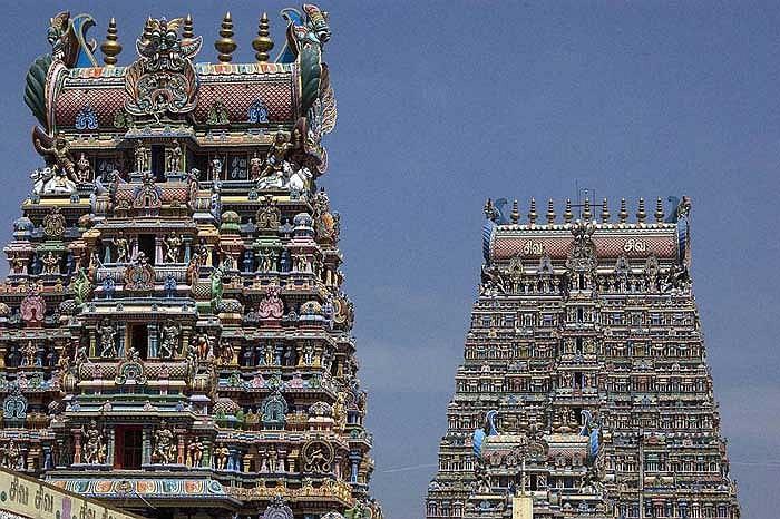 Những tòa tháp nổi bật lên giữa bầu trời…