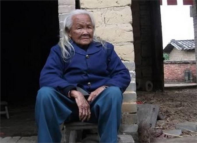 Tháng 2/2012, cụ bà Li Xiufeng (95 tuổi) bị ngã và chấn thương ở đầu. Thấy cụ bất tỉnh và không còn thở, gia đình tưởng rằng bà Li đã chết nên quyết định tổ chức tang lễ. Con cháu đặt bà trong một quan tài 6 ngày nhưng không đóng đinh để người thân đ