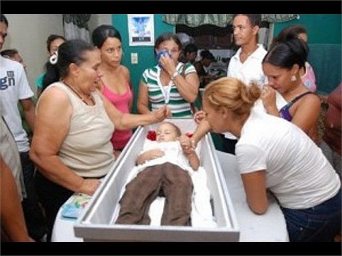 Ngày 1/6/2012, các bác sĩ thông báo cậu bé Kelvin Santos đã chết khi đang điều trị bệnh viêm phổi tại một bệnh viện ở Belem, phía bắc Brazil. Gia đình sau đó đưa thi thể của bé về nhà và đặt trong quan tài mở nắp để chuẩn bị mai táng. Khoảng một tiến