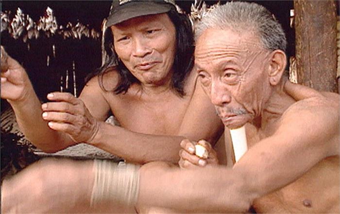 Bộ tộc Zo'é có một kiểu làm đẹp vô cùng kỳ quái, ấy là làm đẹp bằng việc xuyên xương khỉ qua môi.