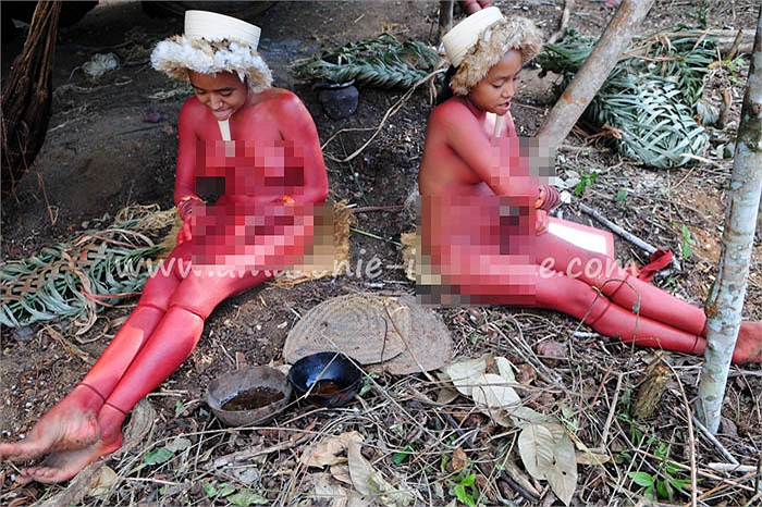 Họ nhào quả annatto thành bột và nhuộm toàn thân, khiến toàn bộ cơ thể đỏ rực rỡ.