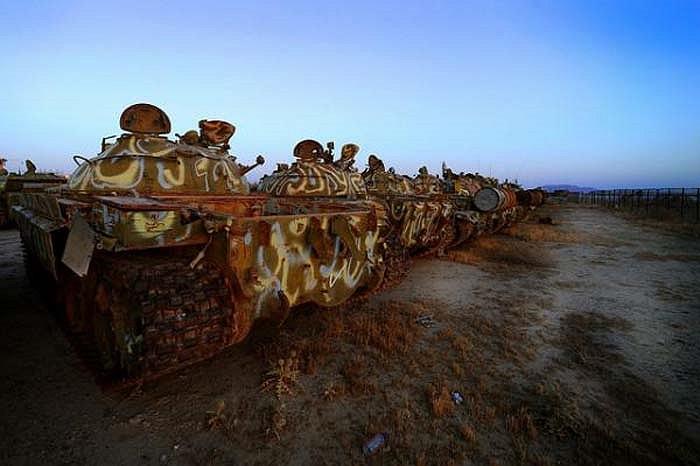 Khi một cuộc chiến qua đi, những cỗ máy chiến tranh trở nên vô dụng. Những nghĩa địa xe tăng được tìm thấy khắp nơi trên thế giới, từ Afghanistan, Lào, Đức, Kuwait hay Iraq.