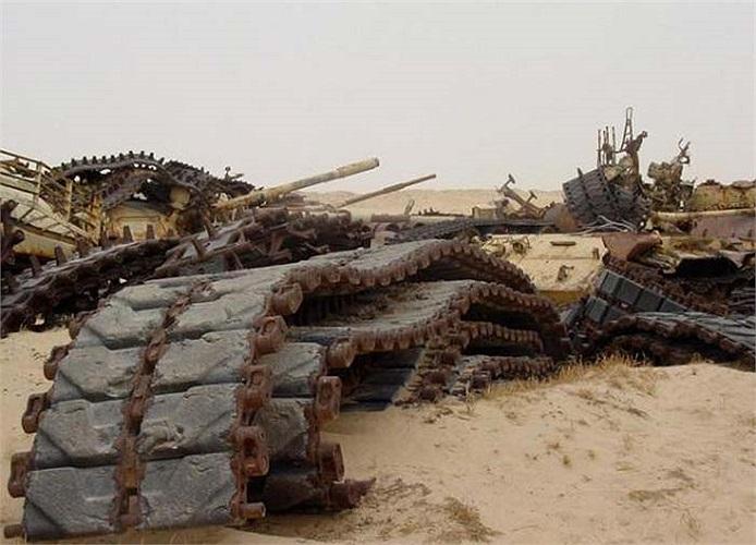 Những bánh xích chôn vùi trong cát, trông giống như cái xác trơ xương của một con thú khổng lồ.