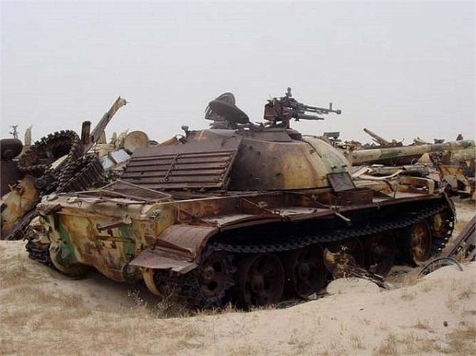 Chiếc xe tăng này trông còn khá nguyên vẹn với tháp pháo, súng máy và bánh xích. Có lẽ là nó đã bị bỏ rơi khi cuộc chiến đi qua.