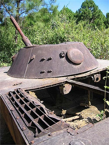 Những gì còn sót lại cho thấy nó là mẫu xe tăng lội nước PT-76 từng được Liên Xô viện trợ cho quân đội Việt Nam.