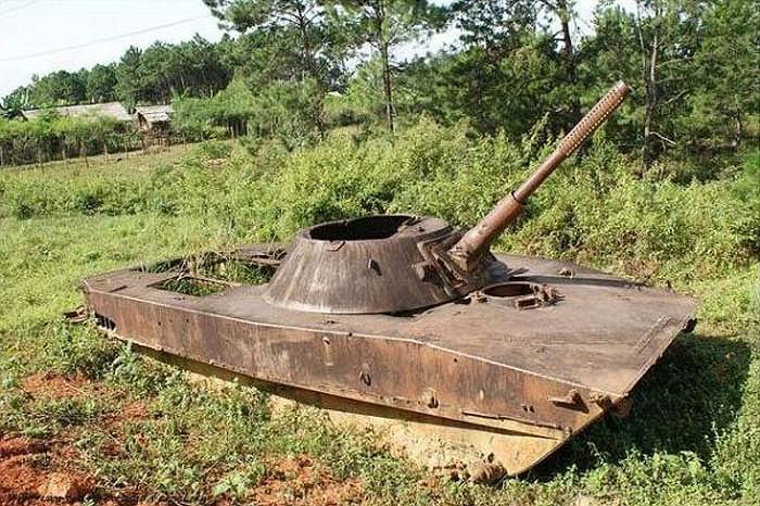 Còn đây là xác của một chiếc xe tăng Liên Xô trên đất Lào. Chiếc xe này từng được quân đội Việt Nam sử dụng trong cuộc chiến tranh với Mỹ.