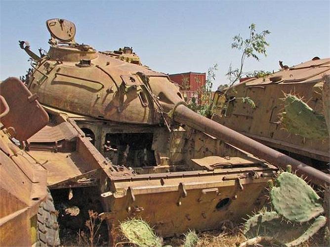 Những chiếc xe tăng này từng là đối thủ không đội trời chung. Nhưng giờ đây chúng cùng nằm lặng lẽ bên nhau để mặc nắng mưa gặm nhấm.