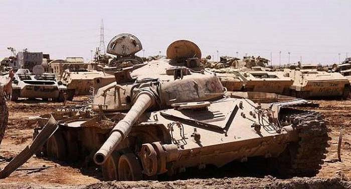 Có cái gì đó vừa độc đáo lại vừa buồn trong hình ảnh một chiếc xe tăng nằm gục chết.