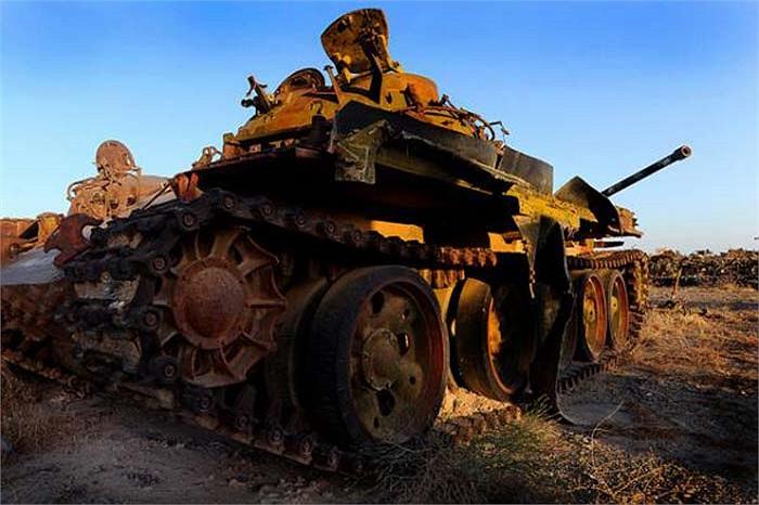 """Một chiếc T-62 của Liên Xô nằm han gỉ tại nghĩa địa xe tăng gần Kandahar, nơi đây thực sự đã diễn ra những """"cuộc chiến xe tăng""""."""