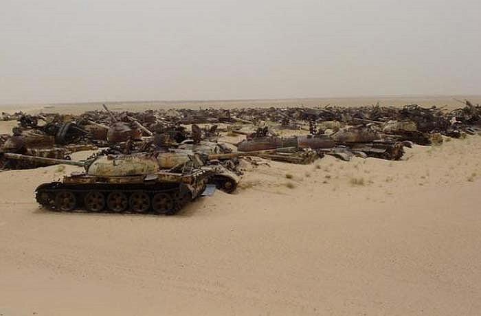 """Còn đây là nghĩa địa xe tăng trên sa mạc Kuwait. Xác những chiếc xe tăng của Liên Xô và Trung Quốc đã nằm lại đây sau cuộc chiến có tên """"Bão táp sa mạc"""" những năm 90 thế kỷ trước."""