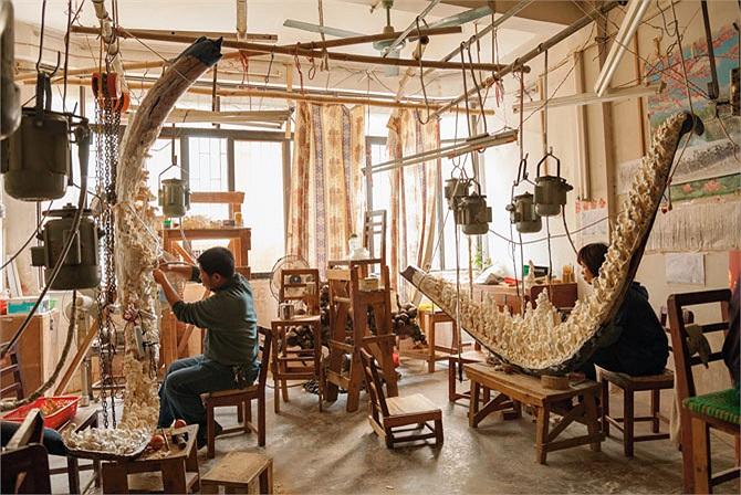 Nghệ thuật chạm khắc ngà voi tại Trung Quốc đã có truyền thống từ hàng ngàn năm. Những nghệ nhân điêu khắc có thể mất đến 5 năm để hoàn thành một món đồ tạo tác. Tuy nhiên tác phẩm của họ có thể trị giá tới hàng triệu USD.