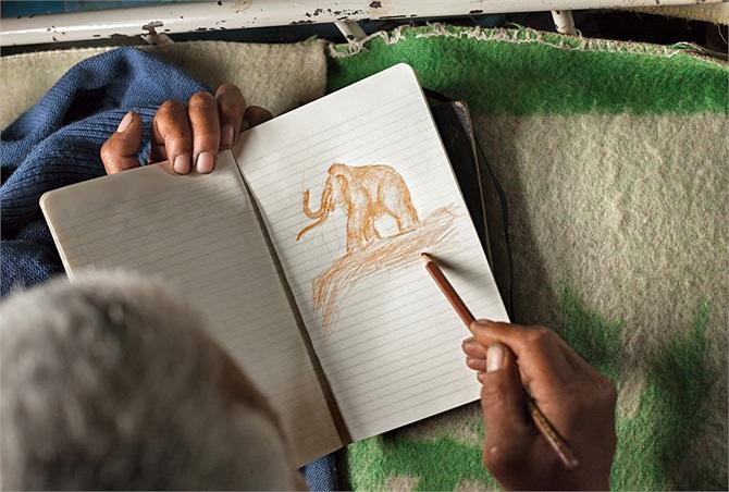 Một người đàn ông đang vẽ con voi ma-mut với cặp ngà khổng lồ của nó. Những chiếc ngà voi đối với họ như là một giấc mơ bởi giá trị thương mại rất cao. Nghề săn tìm ngà voi cũng đóng vai trò huyết mạch đối với nền kinh tế tại phía Bắc Yakutiya.
