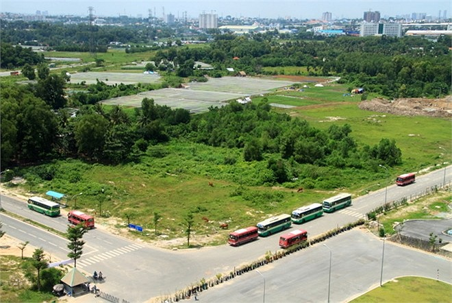 Các tuyến xe buýt ở ngay cổng KTX đưa sinh viên đến mọi địa điểm trong thành phố, đặc biệt trong năm học mới KTX bố trí xe chuyên dụng để đưa đón sinh viên từ khu A qua khu B từ 21-23h (15-30 phút/chuyến) và ngược lại.