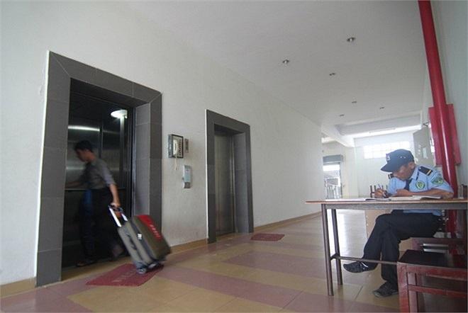 Hệ thống an ninh được đảm bảo nghiêm ngặt, từng dãy nhà đều có bảo vệ làm việc 24/24. Ở khu B, sinh viên được sử dụng hệ thống thang máy hiện đại với 12 tầng.