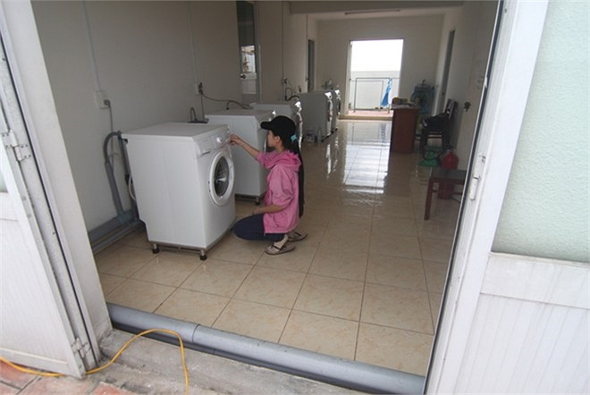 Cả hai khu KTX đều trang bị máy giặt, dịch vụ giặt ủi chỉ 7.000 đồng/kg. Bên cạnh đó, tại KTX còn có các dịch vụ dọn dẹp và đổ rác tận phòng.
