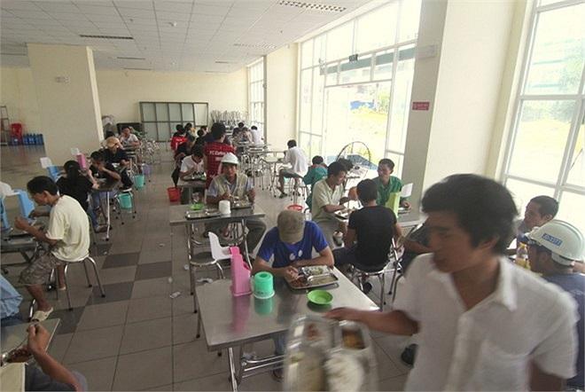 Sinh viên không được tự nấu nướng trong phòng, ở mỗi nhà đều có căn tin phục vụ nhu cầu ăn uống. Trong ảnh là phòng ăn của nhà B2, KTX khu B.